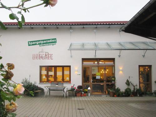 Sieht gemütlich aus, das Café Gabelsberger - also ab ins Trockene!