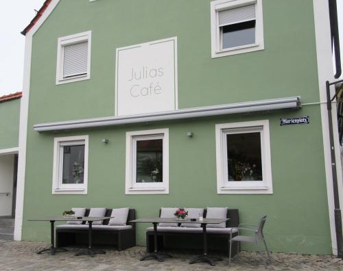 Julias Café von außen - mit ein paar schönen Sitzplätzen