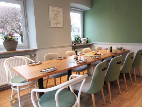 Julias Café - bei Reservierungen werden auch gerne große Tafeln zusammengebastelt