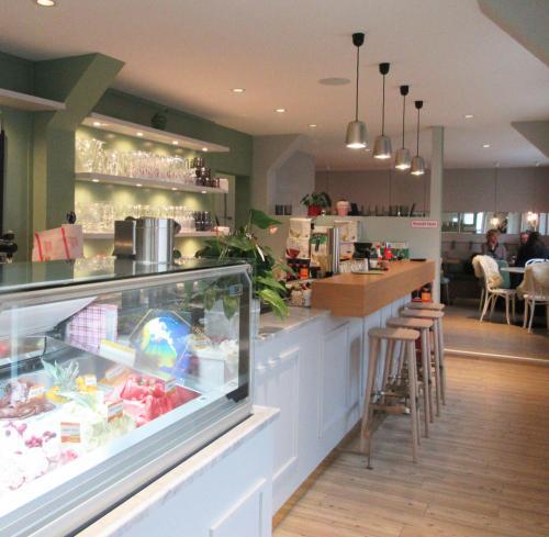 Julias Café - Theke, inklusive Kuchen und Eis