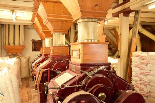Walzenstühle der Lehenmühle: Hier wird das Korn zu Mehl gemahlen