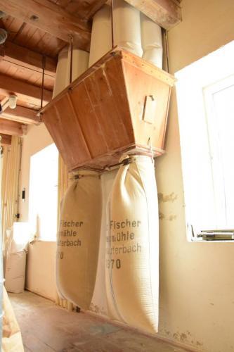 Lehenmühle: Mehl liegt auch in der Luft, das wird gefiltert und hier als Beimehl eingesackt.