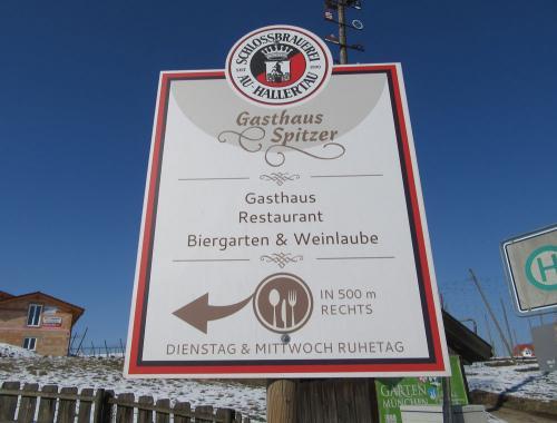 Rund um Osterwaal nicht zu übersehen: Die Gasthof Spitzer-Schilder